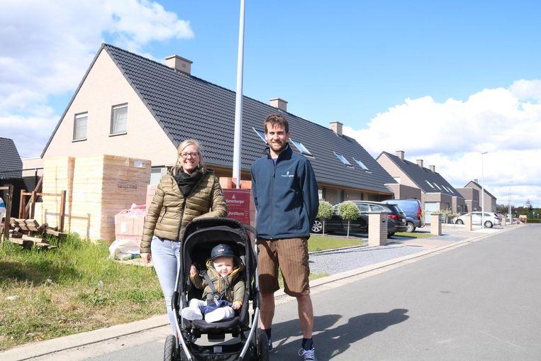 Bewoners Evi Van Den Heede, haar dochter Remi, en Niels Van Heuverswyn in de wijk Interlin in Beveren-Leie, waar de lichten al drie maanden lang 's nachts gedimd worden.