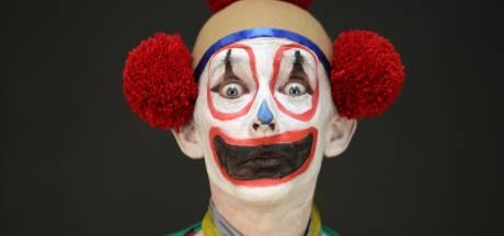 Deze Aaltense modeontwerper speelt voor clown op Instagram
