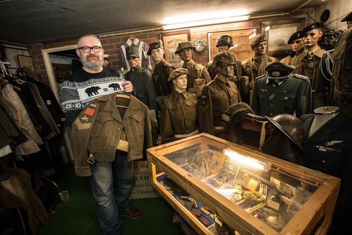 Berry Swarthoff tussen zijn huidige collectie oorlogsspullen in de kelder van zijn restaurant.