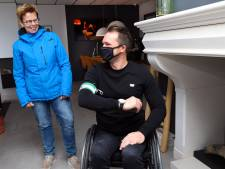 Teamcaptain handbikers verrast met Rotterdamse aanvoerdersband