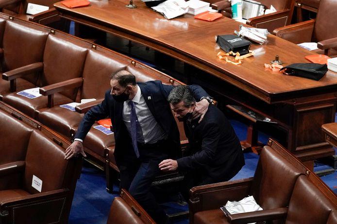 6 januari 2021: leden van het Huis van Afgevaardigden verlaten in allerijl het gebouw en brengen zich in veiligheid. Luttele momenten later probeerden de eerste woedende Trumpfans binnen te dringen in de zaal.