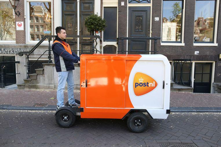 Een elektrische bakfiets waarmee post gehaald en bezorgd kan worden.