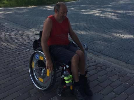Christiaan trekt in zijn rolstoel van Sluis naar Groningen voor het goede doel