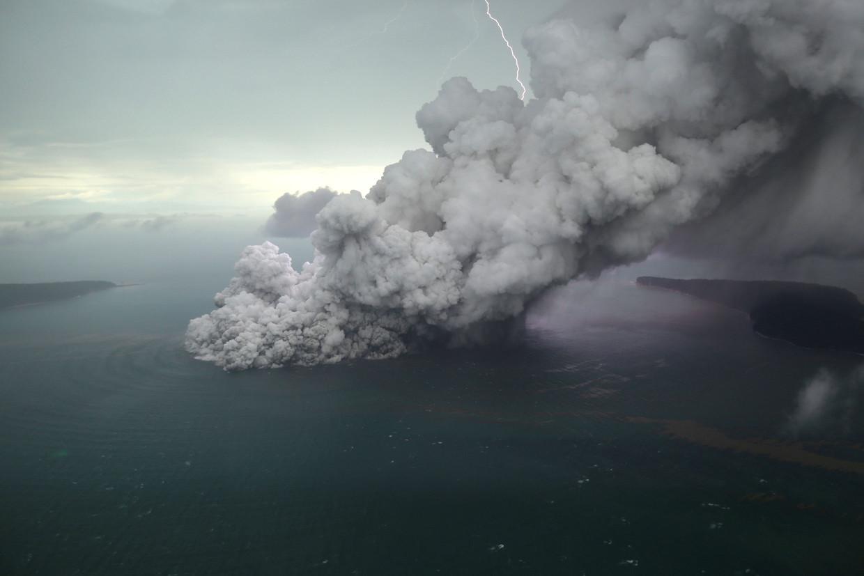 De vulkaan spuwt sinds zondag veel rook en as uit.