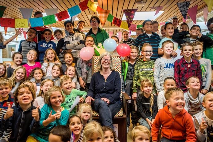 In 2017 namen de kinderen van Darwin afscheid van juf Trinet Repriels, die met pensioen ging.