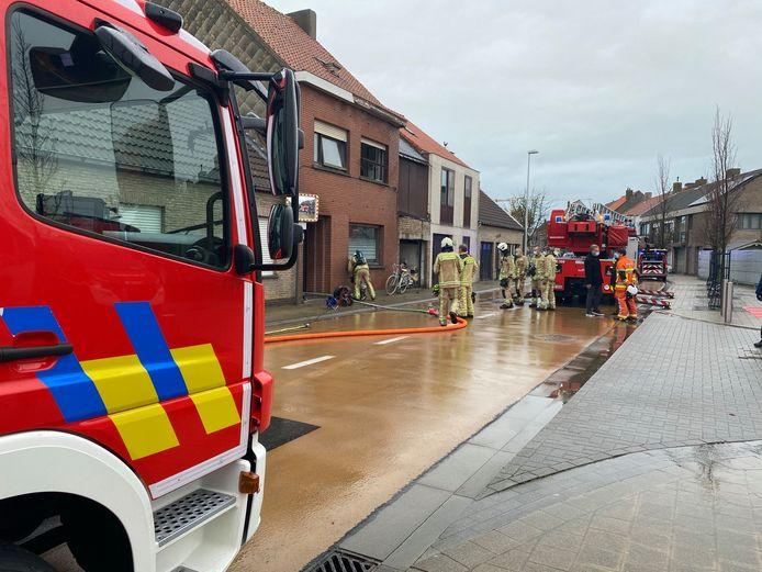 De brandweer bestreed de brand in een woning in de Duinenstraat in Bredene.