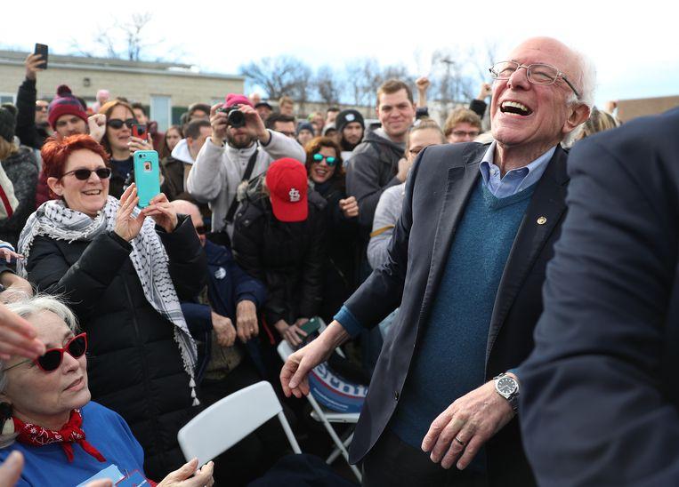 Kandidaat Bernie Sanders groet mensen tijdens een campagne in Iowa. Beeld Getty Images