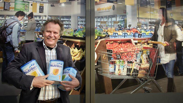 Kees Vlaanderen van Jumbo Diemen eist van klanten die Nutrilon willen kopen dat ze eerst voor minimaal tien euro boodschappen doen. Beeld Mark Kohn
