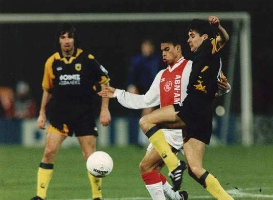 Ajacied Michael Reiziger duelleert met Vassilis Tsartas in de gewonnen CL-wedstrijd tegen AEK Athene in 1994.