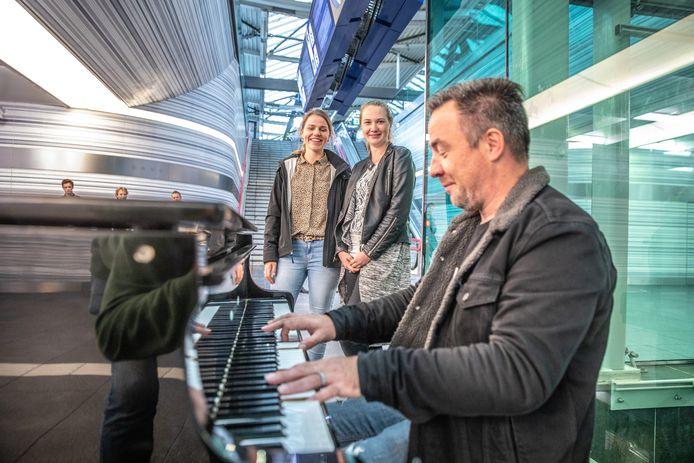 Stationspianist Hans Jansen bracht Inge en Roos dinsdag een muzikale ode om ze te bedanken voor hun goede daad een dag eerder.