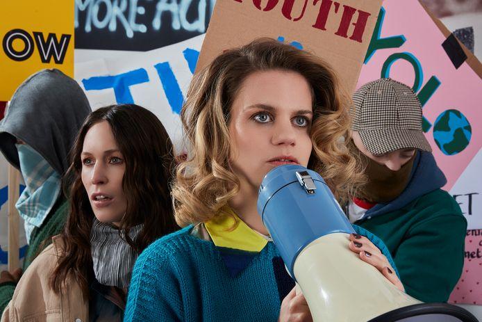 Roos Eijmers (links) en Lindertje Mans van Firma MES in de voorstelling 'The Biggest Lawsuit on the Planet'.