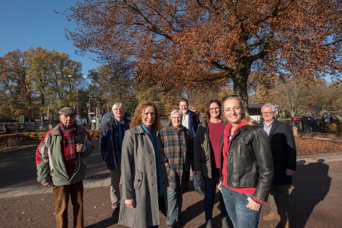 Progressief Ermelo heeft altijd gevochten voor behoud van bomen in Ermelo, waaronder deze bij het station. Linksvoor fractievoorzitter Anneke Knoppert.
