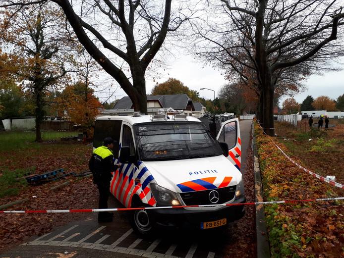 Politie bij het woonwagenkamp in Oss.
