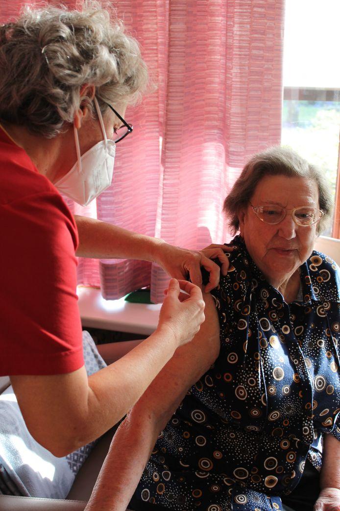 Liliane is één van de bewoners die vandaag werden gevaccineerd