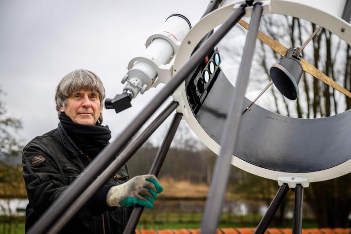 Wim Liesker laat trots zijn telescoop zien bij zijn Bed and Breakfast in Ossenzijl, middenin natuurgebied de Weerribben.