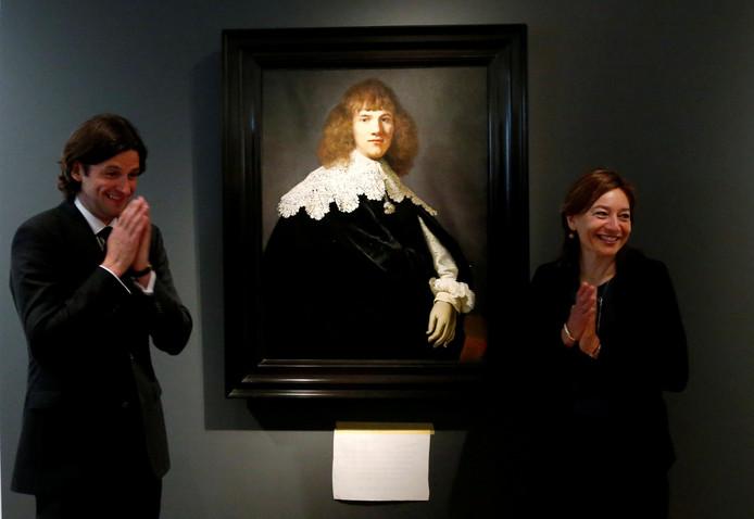 Jan Six en museumdirecteur Cathelijne Broers naast Rembrandts 'Portret van een jongeman', medio mei in de Hermitage in Amsterdam
