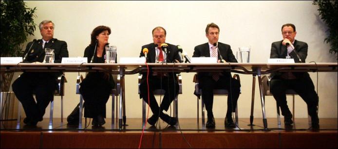 Van links naar rechts: F.Heeres (korpschef politie Midden & West Brabant), L. Poppe-De Looff (Burgemeester Zundert), P. van der Velden (burgemeester van Breda), H. Hillenaar (hoofdofficier van justitie) en A. Baijens (hoofd communicatie gemeente Breda). Foto Ramon Mangold/het fotoburo.
