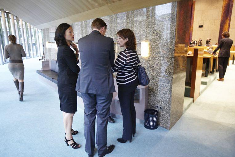 Sap (rechts) met GroenLinks-Kamerlid Mariko Peters (rechts) en VVD-Kamerlid Han ten Broeke, na het zomerreces in 2011. Beeld null