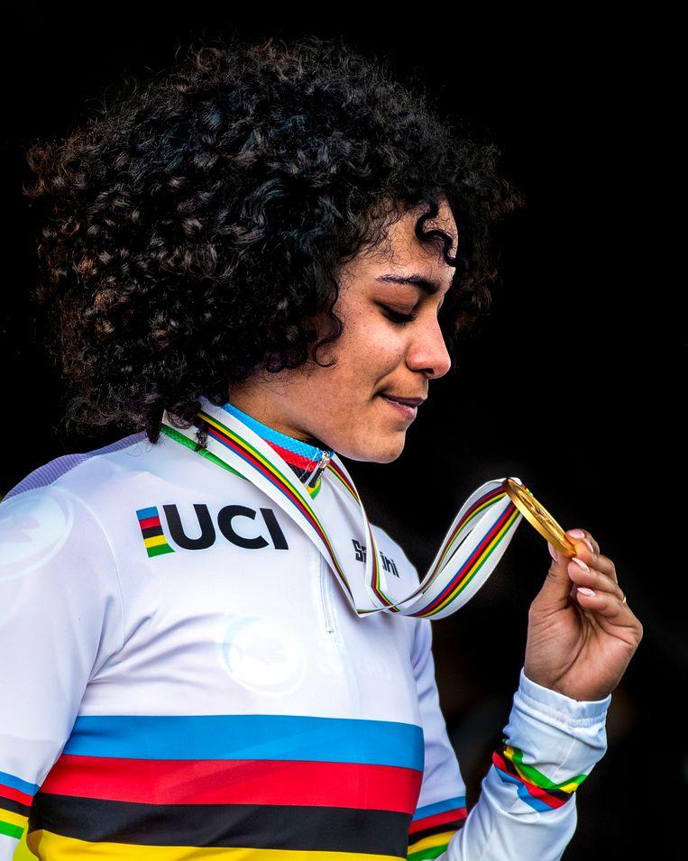 Ceylin del Carmen Alvarado met haar medaille. Beeld Klaas Jan van der Weij
