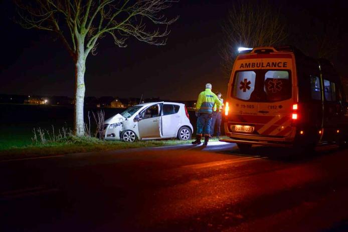 De auto raakte twee bomen en kwam tegen een derde tot stilstand.