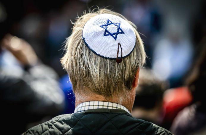 Een man met een keppel tijdens een demonstratie van het CIDI vorig jaar mei op het Plein in Den Haag. Motto van de betoging was KeppelOp, naar aanleiding van de uitspraken van een Duitse antisemitismecommissaris die joden adviseerde geen keppel te dragen in sommige delen van het land.