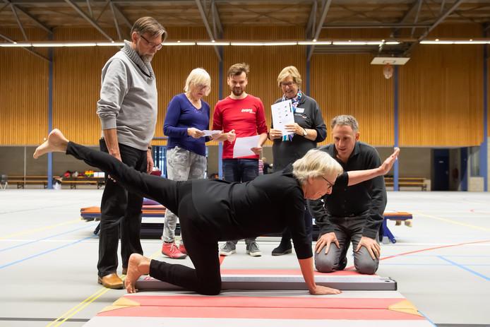 Suzanna Knibbeler uit Rijsbergen is een van de deelnemers aan de vitaliteitstest. Wethouder Twan Zopfi (rechts) kijkt geconcentreerd toe.