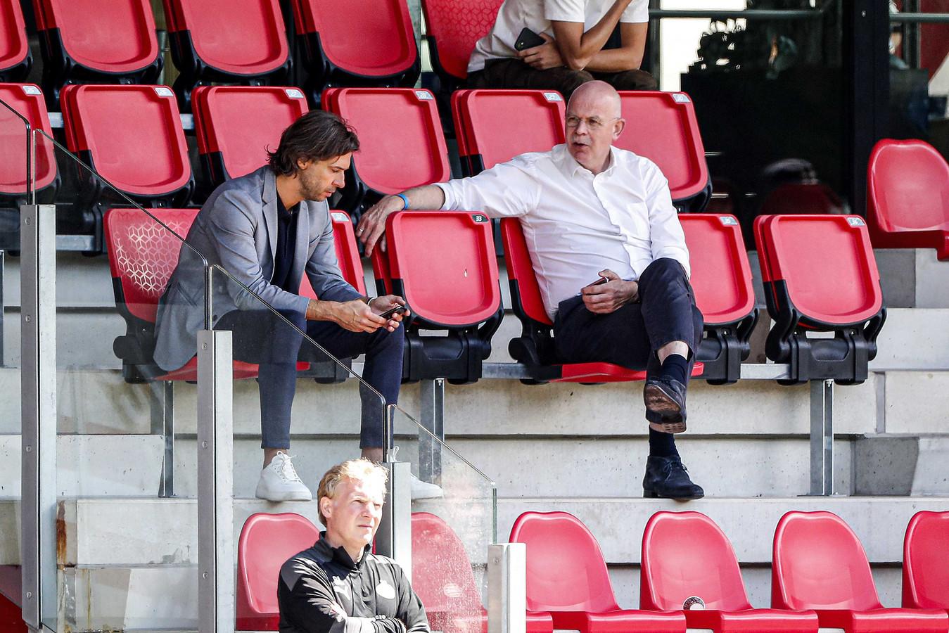 John de Jong en Toon Gerbrands tijdens de eerste training van PSV in dit seizoen.