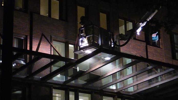 De brandweer in actie op de Alphatoren in Enschede