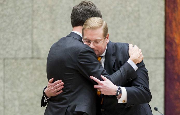 Premier Mark Rutte neemt afscheid van Minister Ard van der Steur (Veiligheid en Justitie) na zijn aftreden tijdens een debat in de Tweede Kamer over zijn rol in de zogenoemde Teevendeal rond een schikking met drugscrimineel Cees H.