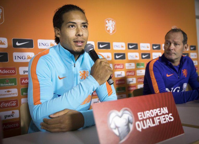 Virgil van Dijk en Danny Blind tijdens de laatste persconferentie. Beeld ANP