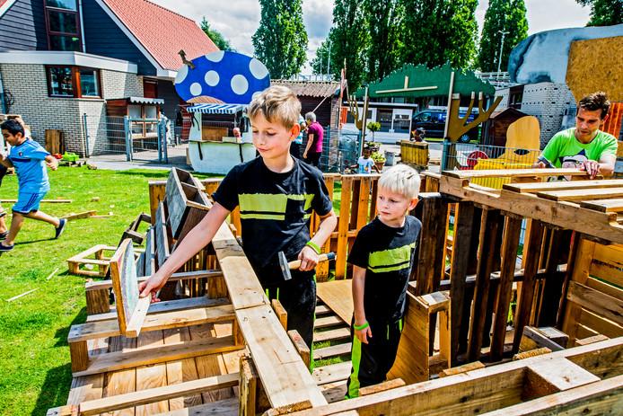 Kinderen bouwen hun hut bij Speelboerderij Odilia