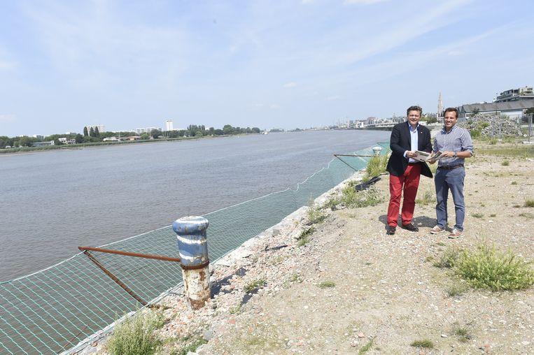 """Schepen Rob Van de Velde en Koen Segher van Waterwegen en Zeekanaal aan de Scheldekaaien. """"Op sommige plaatsen wordt de wand maar liefst 27 meter diep."""""""
