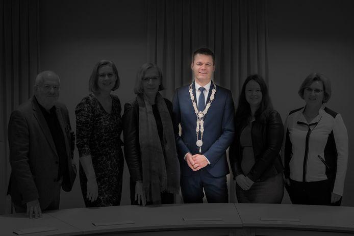 Het college van burgemeester en wethouders in Waddinxveen dat is gevallen na een discussie over het vertrek van wethouder Martin Kraaijestein (PvdA/GroenLinks). Burgemeester Evert Jan Nieuwenhuis vormt nu als enige het college.
