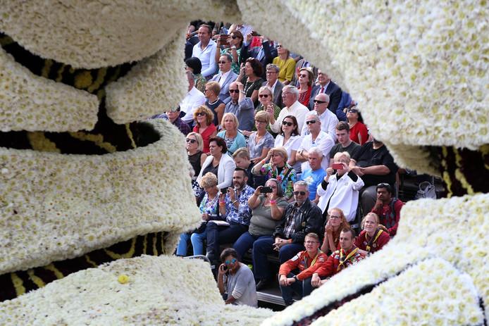 Publiek op de Markt gezien door de wagen van Buurtschap Rijsbergen.