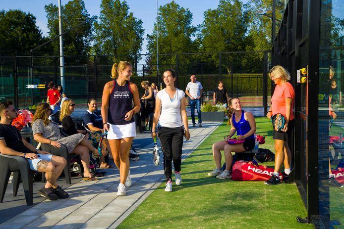 Drukte tussen de padelbanen bij Tennisclub Maaspoort.