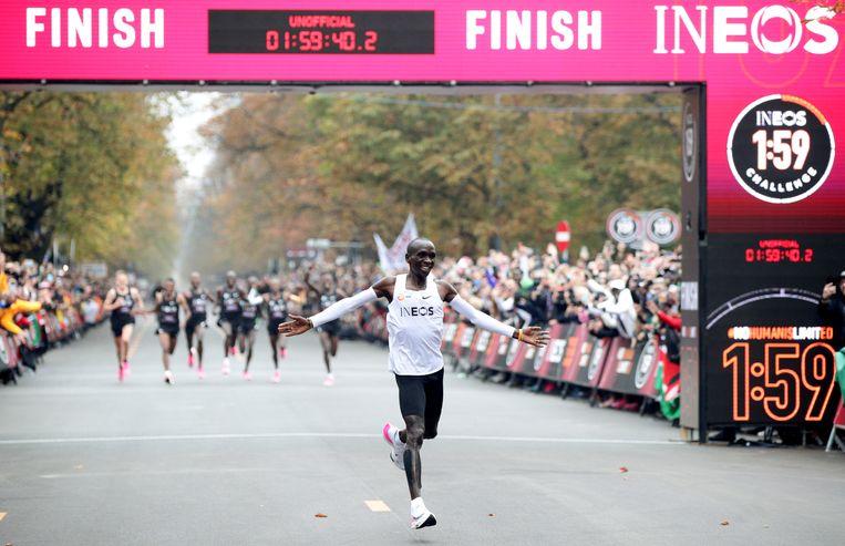 Eliud Kipchoge liep als eerste een marathon onder de 2 uur, op Nikeschoenen met een dikke zool. Beeld REUTERS