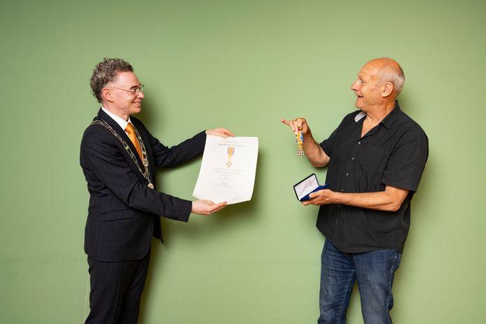 Piet de Kleijn ontvangt zijn lintje uit handen van Houtens burgemeester Gilbert Isabella.