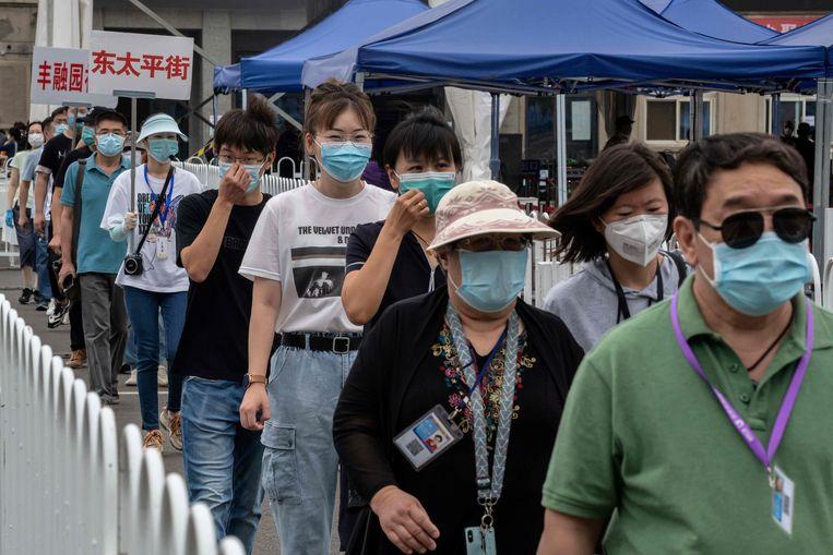 Mensen staan in Peking in de rij om getest te worden.
