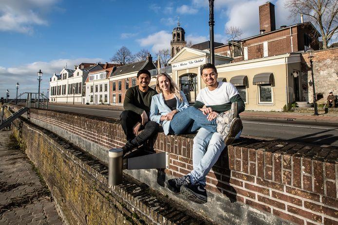 Beer Mungla (links), Malou Jansen en Bird Mungla openen volgende maand in de Tobbe aan de Welle het nieuwe restaurant Bird. Ze serveren ook op het Welleterras.