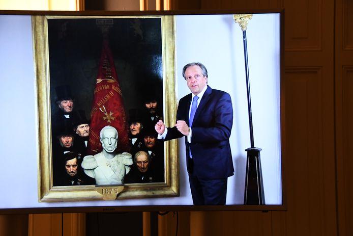 Alexander Pechtold bij een van zijn voorvaderen op het introductiefilmpje behorende bij de expositie