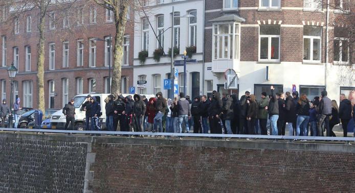 Supporters van FC Den Bosch probeerden bij de anti-pietdemonstranten te komen. Dat werd verhinderd door een brug open te zetten. Rond 13.30 uur vertrokken de tegenstanders van Zwarte Piet onder politiebegeleiding uit de stad.