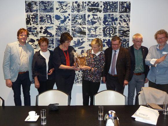 Minister Crevits (centraal) ontvangt het chocolade kompas van een delegatie van de scholengemeeschap