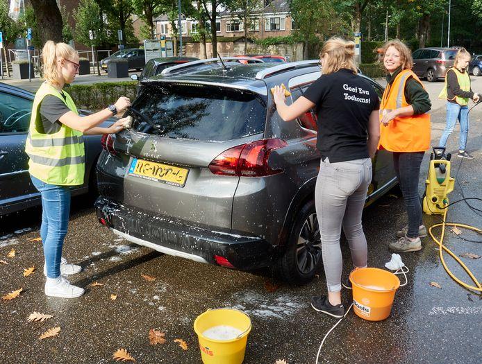 Hanna van den Berg (midden) wast met een paar vriendin auto's voor het goede doel.