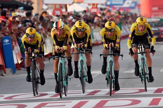 Ze gingen voor de dagwinst, maar na de val eindigde Jumbo-Visma de ploegentijdrit met veertig seconden achterstand op Astana.
