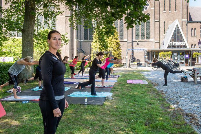 Toos van Gorp JT-Fitness in Etten-Leur tijdens een les pilates.