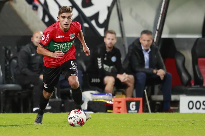 Bart van Rooij stoomt op met de bal aan de voet.