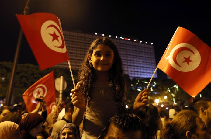 Aanhangers van Kaïs Saïed vieren de verkiezingsoverwinning in de straten van de hoofdstad Tunis.