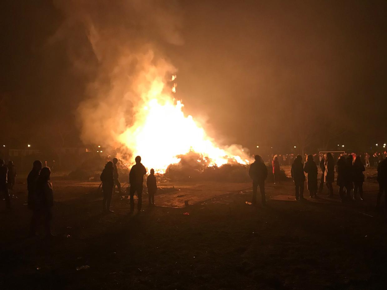 Het traditionele vreugdevuur in Flora dorp afgelopen nacht.